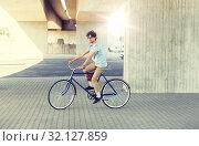 Купить «young hipster man riding fixed gear bike», фото № 32127859, снято 15 июня 2016 г. (c) Syda Productions / Фотобанк Лори