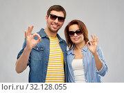 Купить «happy couple in sunglasses showing ok hand sign», фото № 32128055, снято 17 марта 2019 г. (c) Syda Productions / Фотобанк Лори