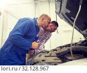 Купить «auto mechanic with clipboard and man at car shop», фото № 32128967, снято 1 июля 2016 г. (c) Syda Productions / Фотобанк Лори
