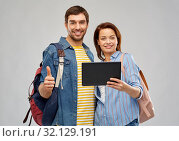 Купить «happy couple of tourists with tablet computer», фото № 32129191, снято 17 марта 2019 г. (c) Syda Productions / Фотобанк Лори