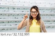 Купить «asian woman in glasses at optics store», фото № 32132991, снято 11 мая 2019 г. (c) Syda Productions / Фотобанк Лори