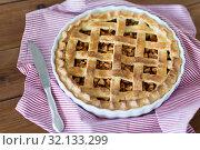 Купить «close up of apple pie in baking mold and knife», фото № 32133299, снято 23 августа 2018 г. (c) Syda Productions / Фотобанк Лори