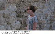 Купить «Young pretty woman looking at ancient ruins», видеоролик № 32133927, снято 14 июня 2017 г. (c) Vasily Alexandrovich Gronskiy / Фотобанк Лори