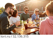 Купить «friends having dinner or bbq party on rooftop», фото № 32136315, снято 2 сентября 2018 г. (c) Syda Productions / Фотобанк Лори