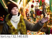 Купить «Female teen customer with Christmas gifts», фото № 32140635, снято 12 декабря 2016 г. (c) Яков Филимонов / Фотобанк Лори