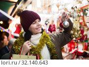 Купить «Laughing female customer with Christmas gifts», фото № 32140643, снято 12 декабря 2016 г. (c) Яков Филимонов / Фотобанк Лори