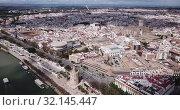Aerial view Sevilla of city center with embankment of Guadalquivir. Spain (2019 год). Стоковое видео, видеограф Яков Филимонов / Фотобанк Лори