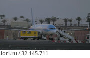 Купить «Deboarding of the airplane TUI fly Deutschland airlines», видеоролик № 32145711, снято 23 июня 2019 г. (c) Данил Руденко / Фотобанк Лори