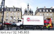 Купить «Porte Cailhau - medieval city gate in historic center of Bordeaux. View from Richelieu embankment», видеоролик № 32145803, снято 18 июля 2019 г. (c) Яков Филимонов / Фотобанк Лори