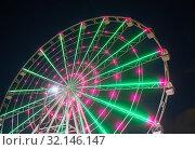 Купить «Bright Twisting Ferris Wheel», фото № 32146147, снято 14 августа 2017 г. (c) Юрий Бизгаймер / Фотобанк Лори