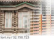 Фасад русского деревянного дома из бревна на фоне новостройки. Стоковое фото, фотограф Сергеев Валерий / Фотобанк Лори