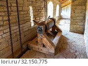 Купить «Gate lifting mechanism at the medieval fortress», фото № 32150775, снято 8 августа 2018 г. (c) FotograFF / Фотобанк Лори