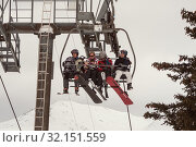 Skiers and snowboarders on ski lift (2010 год). Редакционное фото, фотограф Юлия Бабкина / Фотобанк Лори