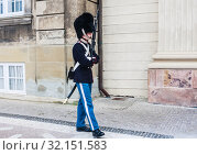 The guards of honour in  uniform guarding the Royal residence Amalienborg Palace.   Copenhagen. Denmark (2019 год). Редакционное фото, фотограф Николай Коржов / Фотобанк Лори