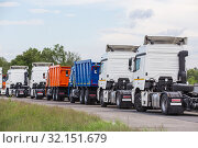 Купить «Sale of trucks, semi-trailers and dump trucks», фото № 32151679, снято 30 мая 2018 г. (c) Юрий Бизгаймер / Фотобанк Лори