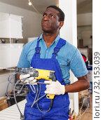 Купить «African-American construction worker with electric drill», фото № 32153039, снято 4 мая 2018 г. (c) Яков Филимонов / Фотобанк Лори