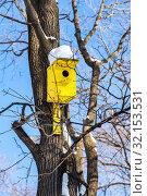 Купить «Birdhouse affixed to a tree trunk», фото № 32153531, снято 9 февраля 2019 г. (c) FotograFF / Фотобанк Лори