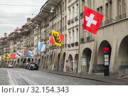 Bern street with flags of Swiss cantons (2017 год). Редакционное фото, фотограф EugeneSergeev / Фотобанк Лори