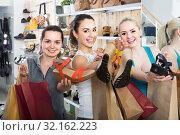Купить «three girls holding a paper shopping bags in the boutique», фото № 32162223, снято 21 сентября 2019 г. (c) Яков Филимонов / Фотобанк Лори