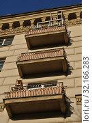 Купить «Шестиэтажный пятиподъездный кирпичный жилой дом. Построен в 1943 году. Валовая улица, 11/19. Район Замоскворечье. Город Москва», эксклюзивное фото № 32166283, снято 19 ноября 2014 г. (c) lana1501 / Фотобанк Лори