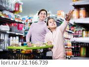 Купить «Woman with daughter in supermarket», фото № 32166739, снято 5 января 2017 г. (c) Яков Филимонов / Фотобанк Лори
