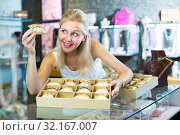Купить «woman with bracelet collection in bijouterie boutique», фото № 32167007, снято 21 сентября 2019 г. (c) Яков Филимонов / Фотобанк Лори