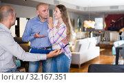 Купить «Salesman showing customers product catalog», фото № 32167351, снято 16 мая 2017 г. (c) Яков Филимонов / Фотобанк Лори