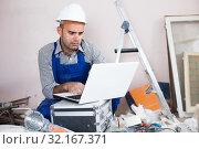 Купить «master directs the repair process», фото № 32167371, снято 18 мая 2017 г. (c) Яков Филимонов / Фотобанк Лори