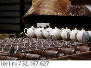 Купить «Много не декорированных белых чайников с крышками на промежуточном этапе изготовления в цеху на фабрике фарфора Гарднера (бывший Дмитровский фарфоровый завод). Поселок Вербилки, Талдомский район, Московская область», фото № 32167627, снято 2 августа 2019 г. (c) Наталья Николаева / Фотобанк Лори