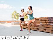 women training and doing split squats. Стоковое фото, фотограф Syda Productions / Фотобанк Лори