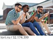 Купить «men with smartphones drinking beer on street», фото № 32174399, снято 21 июля 2019 г. (c) Syda Productions / Фотобанк Лори