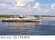 Купить «River cruise ship with passengers sailing on the Volga River», фото № 32174875, снято 11 мая 2019 г. (c) FotograFF / Фотобанк Лори