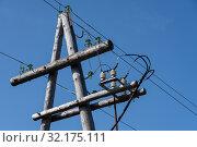 Купить «Старая деревянная опора линии электропередачи с керамическим изоляторами на проводах», фото № 32175111, снято 13 сентября 2019 г. (c) А. А. Пирагис / Фотобанк Лори