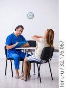 Купить «Pregnant woman visiting male doctor gynecologist», фото № 32176067, снято 13 июня 2019 г. (c) Elnur / Фотобанк Лори