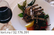 Купить «Roasted rectangle lamb rack served with greens and fresh vegetables», видеоролик № 32176391, снято 28 августа 2018 г. (c) Яков Филимонов / Фотобанк Лори