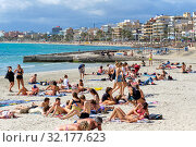 People sunbathing on the beach of El Arenal resort town, Majorca, Baleares, Spain (2019 год). Редакционное фото, фотограф Alexander Tihonovs / Фотобанк Лори