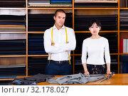 Купить «Adult man standing with Chinese salesgirl», фото № 32178027, снято 19 октября 2019 г. (c) Яков Филимонов / Фотобанк Лори