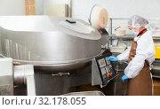 Купить «Workwoman programming meat mixing machine», фото № 32178055, снято 11 июня 2018 г. (c) Яков Филимонов / Фотобанк Лори