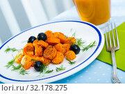 Купить «Vegetarian breakfast, carrots with juice», фото № 32178275, снято 20 сентября 2019 г. (c) Яков Филимонов / Фотобанк Лори