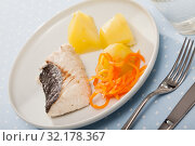 Купить «Codfish prepared on steam with potatoes and carrots at plate», фото № 32178367, снято 19 сентября 2019 г. (c) Яков Филимонов / Фотобанк Лори