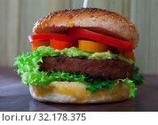 Vegetarian hamburger with soybean patty, tomato, cucumber and lettuce. Стоковое фото, фотограф Яков Филимонов / Фотобанк Лори