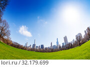 Купить «Wide angle fisheye skyline of New York from park», фото № 32179699, снято 16 апреля 2018 г. (c) Сергей Новиков / Фотобанк Лори
