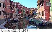 Купить «На городском канале разноцветного острова Бурано. Венеция, Италия», видеоролик № 32181983, снято 26 сентября 2017 г. (c) Виктор Карасев / Фотобанк Лори