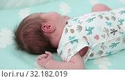 Купить «Маленький ребенок ворочается во время сна в кроватке», видеоролик № 32182019, снято 2 сентября 2019 г. (c) Кекяляйнен Андрей / Фотобанк Лори