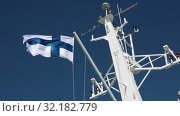 Национальный флаг Финляндии развевается на мачте парома на фоне голубого неба. Стоковое видео, видеограф Кекяляйнен Андрей / Фотобанк Лори