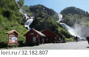 Local tourist center and souvenir shop is near Latefoss waterfall on Norwegian National Road 13. Latefossen fall consists of two separate streams flowing down. Hordaland (2019 год). Редакционное видео, видеограф Кекяляйнен Андрей / Фотобанк Лори
