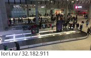 Passengers are expected luggage in baggage delivery area. Arrival lounge of the Pulkovo International airport. It serves citizens of St. Petersburg (2019 год). Редакционное видео, видеограф Кекяляйнен Андрей / Фотобанк Лори