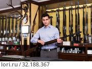 Salesman showing rifle. Стоковое фото, фотограф Яков Филимонов / Фотобанк Лори