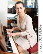 Купить «Pretty woman in evening dress playing piano», фото № 32188659, снято 16 апреля 2019 г. (c) Яков Филимонов / Фотобанк Лори