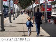 Купить «Люди идут по перрону Белорусского вокзала с пригородной электрички и поезда дальнего следования в городе Москве, Россия», фото № 32189135, снято 31 августа 2019 г. (c) Николай Винокуров / Фотобанк Лори